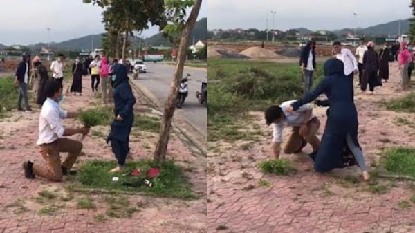 Thử lòng bạn gái thanh niên xách bó hoa cỏ đi tỏ tình, tưởng gặp tình yêu đích thực ai ngờ nhận cái kết bẽ bàng