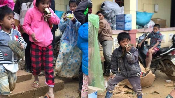 Nghẹn lòng hình ảnh trẻ em vùng lũ lem luốc bùn đất, ngấu nghiến nhai từng chiếc bánh cứu trợ