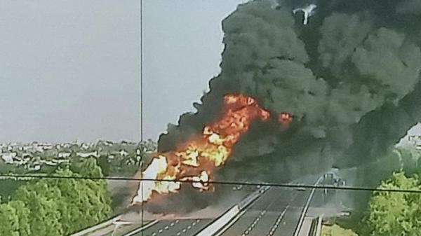 VỪA XONG: Xe bồn đang đi bốc cháy kinh hoàng trên cao tốc Hà Nội - Hải Phòng, tuyến đường tạm thời bị 'đóng băng'
