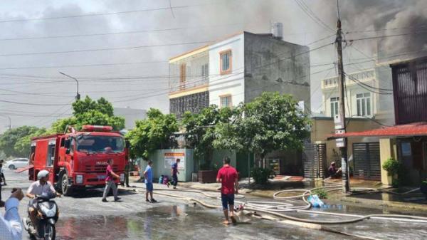 Cháy lớn tại xưởng kinh doanh vật liệu điện ở Hải Phòng