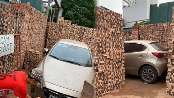"""Thấy biển cấm nhưng vẫn cố đỗ xe, tài xế Mazda được người dân """"xây"""" hẳn cho gara bằng gạch"""