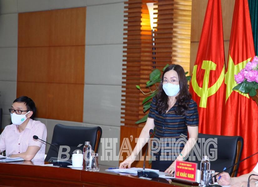Đồng chí Phạm Thu Xanh, Giám đốc Sở Y tế báo cáo tình hình diễn biến dịch COVID-19.
