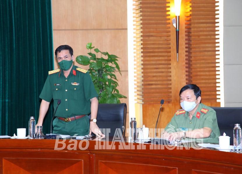 Đồng chí Nguyễn Hải Hà, Phó chỉ huy trưởng Bộ chỉ huy quân sự thành phố phát biểu tại cuộc họp.
