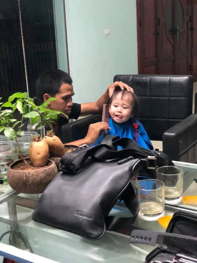 Anh Mạnh tự tay cắt tóc cho con gái