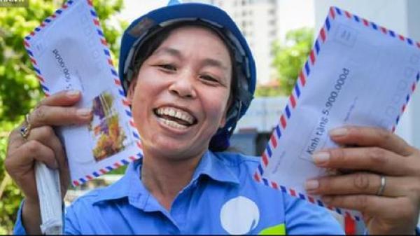 """Trao quà tặng 47 công nhân thu gom rác bị nợ lương ở Hà Nội: """"Sướng quá! Hôm nay nhà tôi sẽ có một bữa cơm có thịt rồi!"""""""