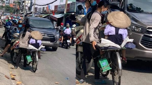 Xúc động hình ảnh người mẹ nhặt ve chai, dành dụm từng đồng mua đồng phục cho con đến trường