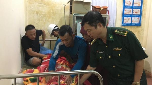 15 giờ xuyên đêm vượt sóng to cứu thành công 5 thuyền viên Thanh Hóa trôi dạt trên biển