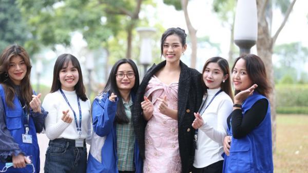 Những hình ảnh đẹp rạng rỡ của Hoa hậu Đỗ Thị Hà trong hành trình Chủ nhật Đỏ 2021 tại Thái Nguyên