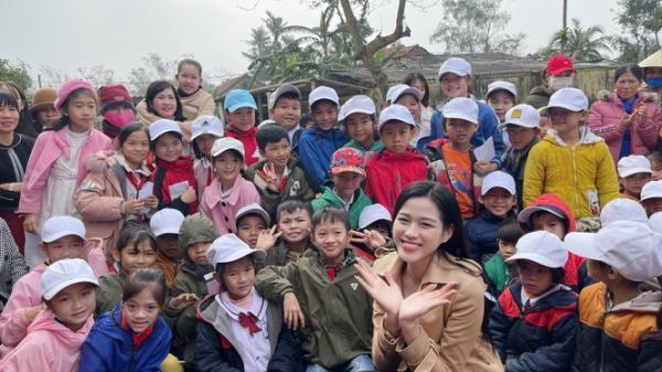 Video: Hoa hậu Đỗ Thị Hà lần đầu trổ tài ca hát khi đi từ thiện ở Quảng Bình