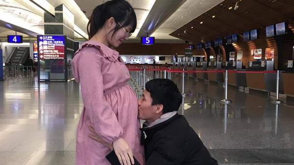 Khoảng khắc xúc động mạnh: Chồng quỳ xuống ôm hôn bụng bầu, nói lời tạm biệt vợ con trước chuyến bay nhân đạo về nước