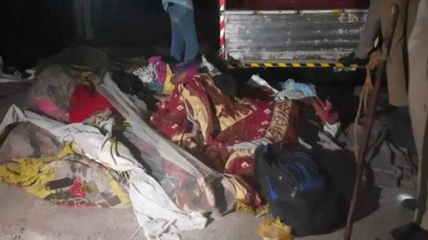 KINH HOÀNG: Xe ben mất lái cán qua người 15 công nhân đang ngủ bên đường, không còn ai sống sót